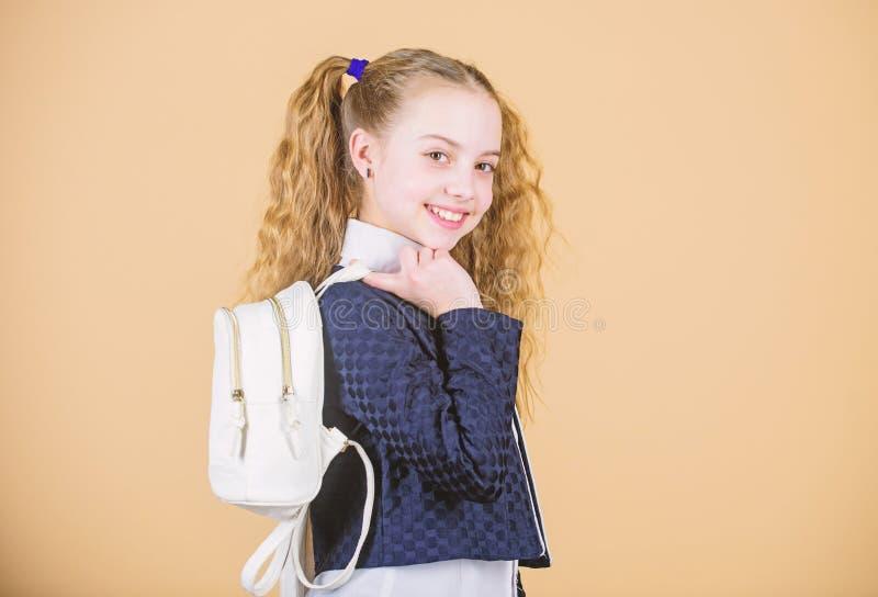 Mini trouxa ? moda Aprenda como trouxa apta corretamente O cutie elegante pequeno da menina leva a trouxa Estudante com fotografia de stock royalty free