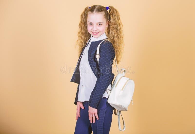 Mini trouxa ? moda Aprenda como trouxa apta corretamente O cutie elegante pequeno da menina leva a trouxa ?til popular imagens de stock royalty free
