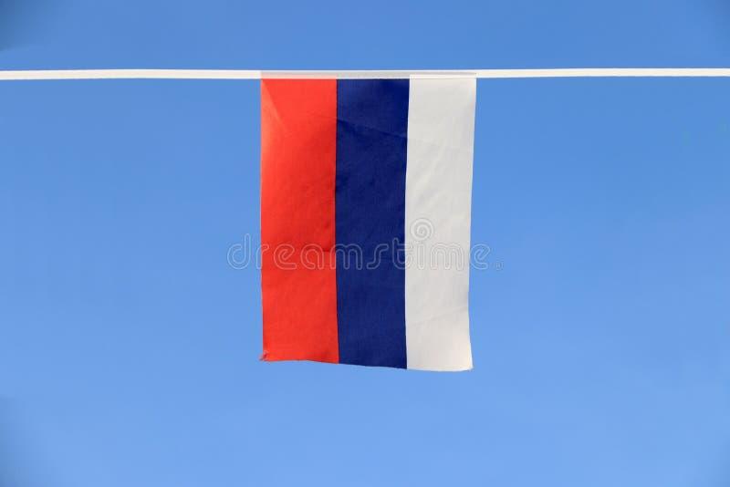 Mini- tygstångflagga av Ryssland, det en tricolor flagga som består av tre jämbördiga horisontalfält royaltyfri bild