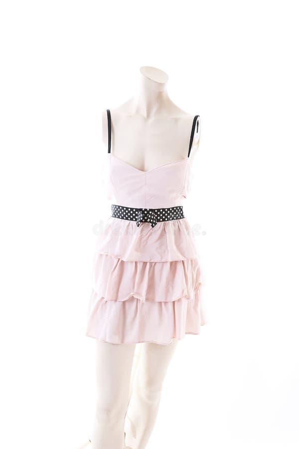 Mini vestido corto rosado en la exhibición completa del body shop del maniquí Estilos de la moda de la mujer, ropa en el fondo bl imágenes de archivo libres de regalías