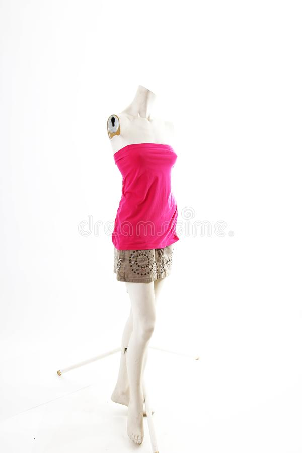 Mini vestido rosado corto en la exhibición completa del body shop del maniquí Estilos de la moda de la mujer, ropa en el fondo bl foto de archivo libre de regalías