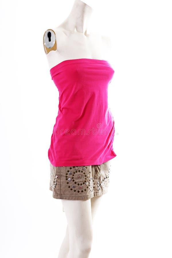 Mini vestido rosado corto en la exhibición completa del body shop del maniquí Estilos de la moda de la mujer, ropa en el fondo bl imagenes de archivo