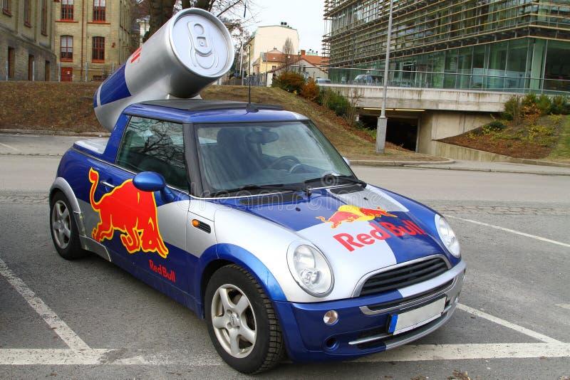 Mini voiture de publicité de tonnelier de Red Bull photographie stock