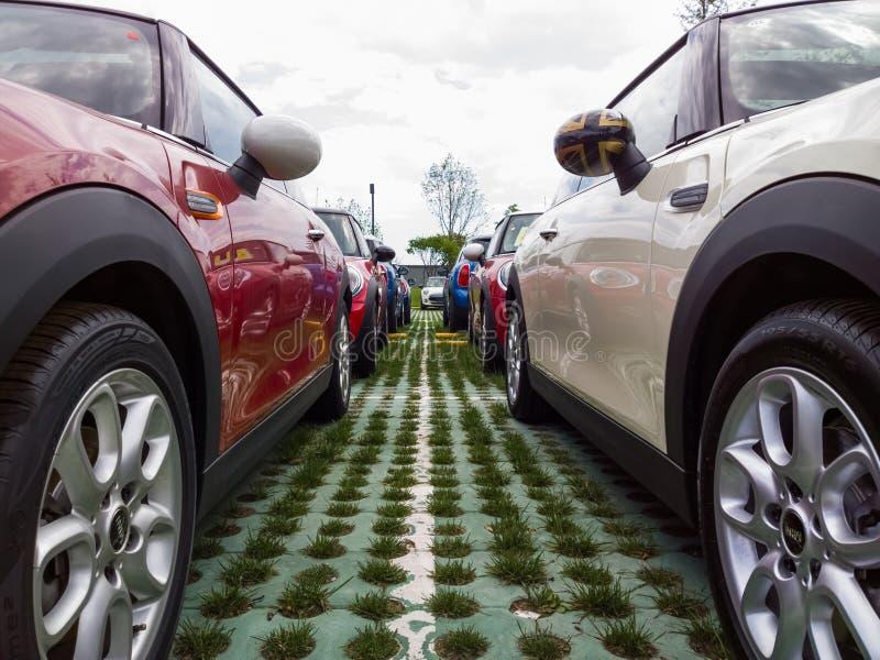 Mini voitures à vendre photo libre de droits