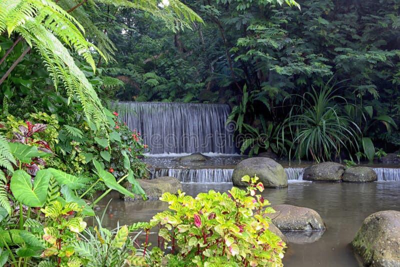 Mini Waterfall i den Imah Seniman semesterorten, Lembang _ Indonesien royaltyfria foton