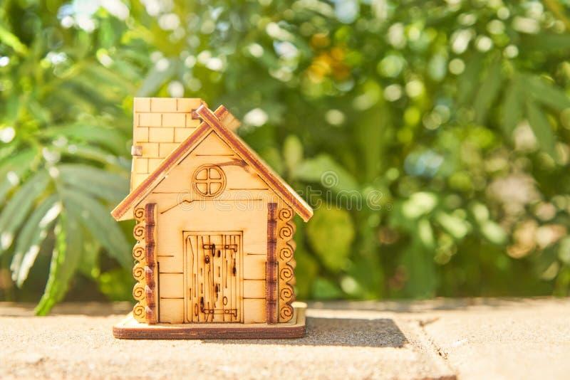 Mini zabawkarski drewniany dom na lato natury tle pojęcie hipoteka, budowa, wynajem, używać jako rodzinny i majątkowy pojęcie zdjęcia stock