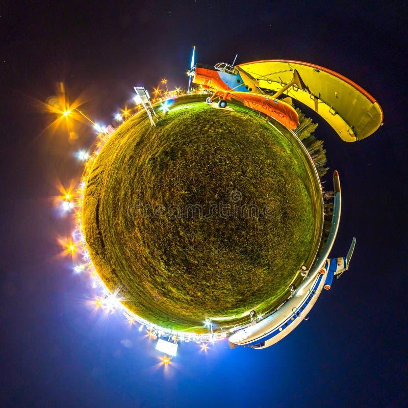 Miniaarde Weinig aarde met het bekijken 360 engel Bolpanorama van wereld Vliegtuigen bij nacht met lichten stock afbeeldingen