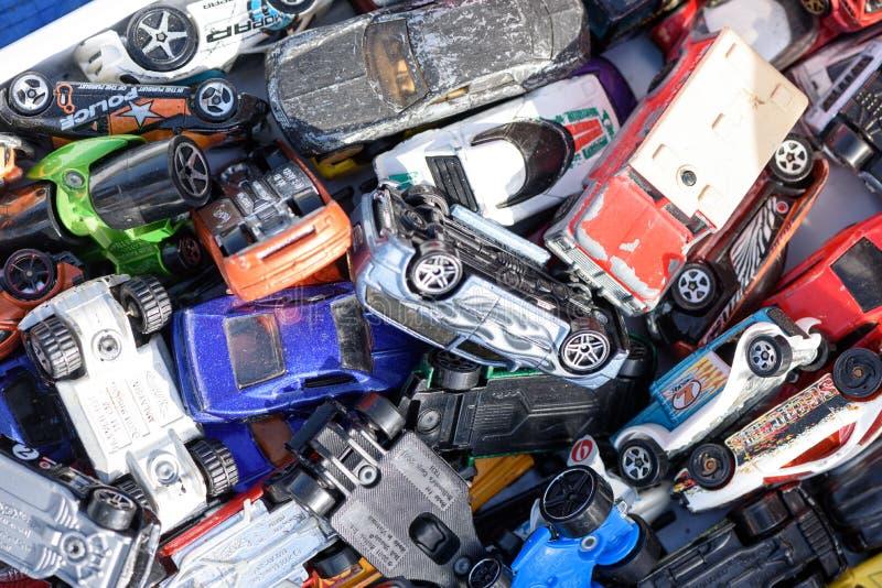 Miniatur-Autospielzeug für den Verkauf bei einem Autoboot in England stockfoto
