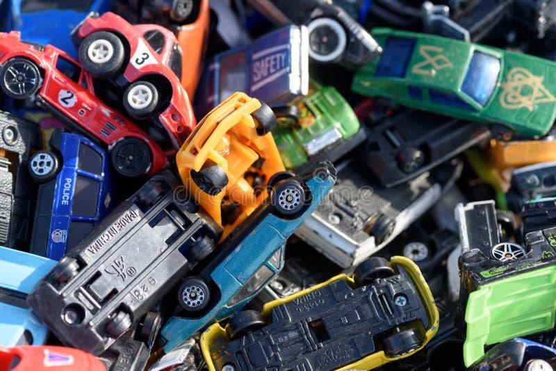 Miniatur-Autospielzeug für den Verkauf bei einem Autoboot in England stockbilder