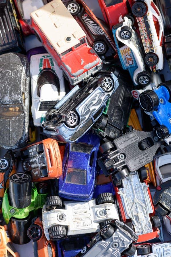Miniatur-Autospielzeug für den Verkauf bei einem Autoboot in England lizenzfreies stockbild
