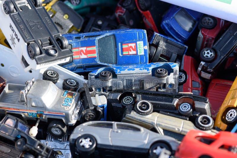 Miniatur-Autospielzeug für den Verkauf bei einem Autoboot in England lizenzfreie stockfotos
