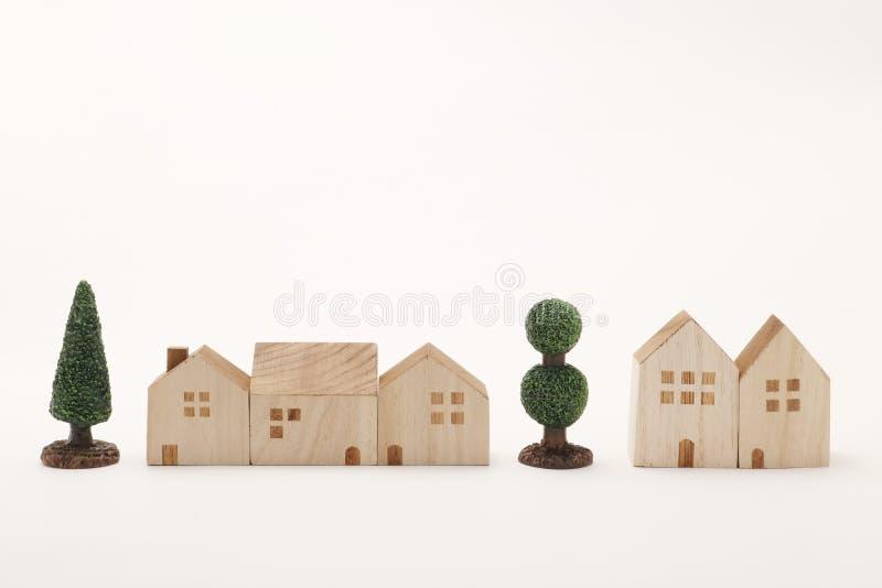 Miniatur drzewa na białym tle i domy Budować zdjęcie stock