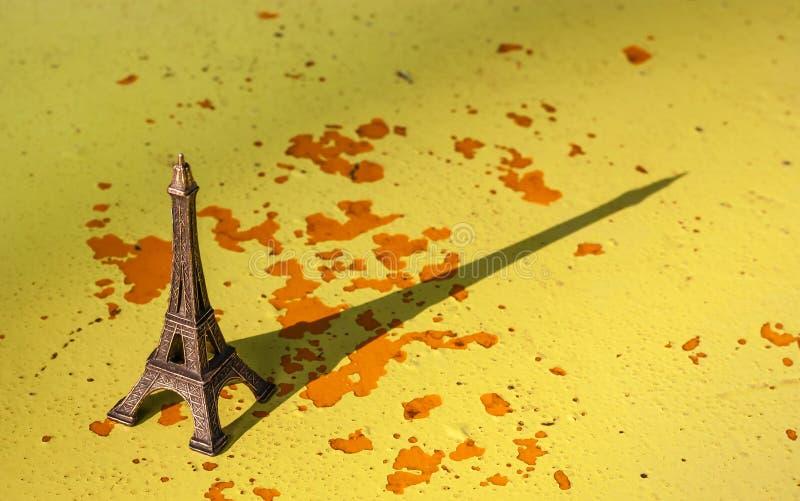 Miniatura da torre Eiffel com sua sombra foto de stock royalty free
