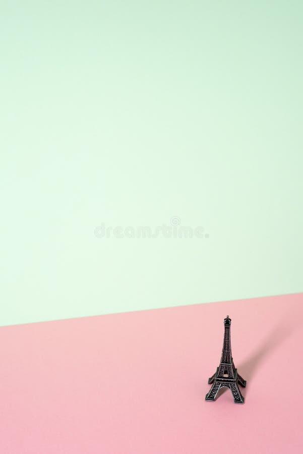 Miniatura da torre Eiffel em um fundo colorido imagens de stock royalty free