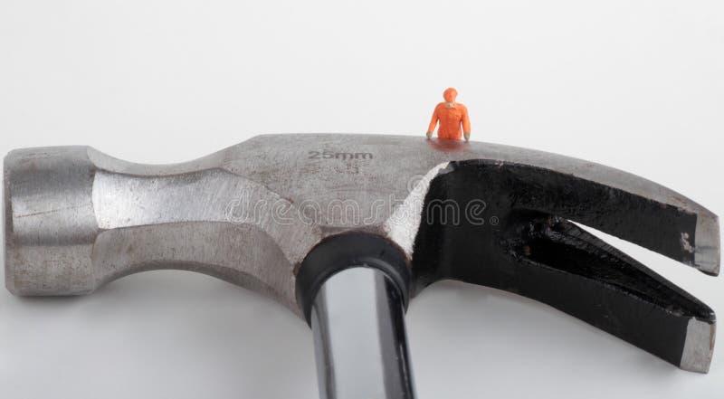 Miniatura de um trabalhador com martelo foto de stock royalty free