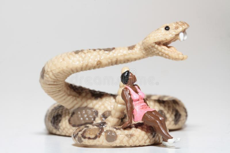 Miniatura de uma mulher negra que senta-se em um cascavel foto de stock royalty free
