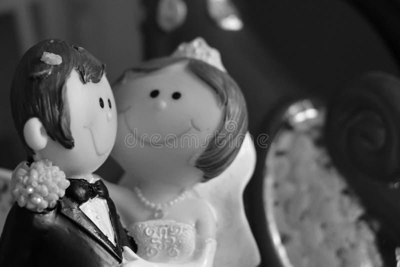 Miniatura degli sposi della bambola immagini stock libere da diritti