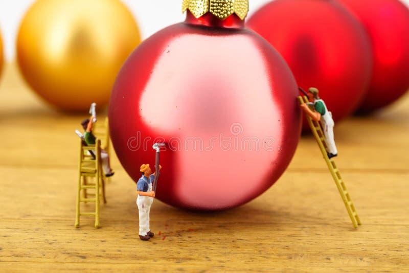 Miniatura dos pintores e das bolas do Natal imagem de stock royalty free