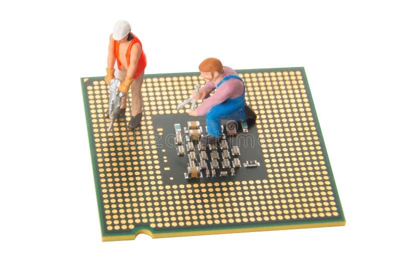 Miniatura inżyniery lub techników pracownicy naprawia jednostkę centralną odizolowywającą na bielu Komputerowej usługa i technolo zdjęcie royalty free