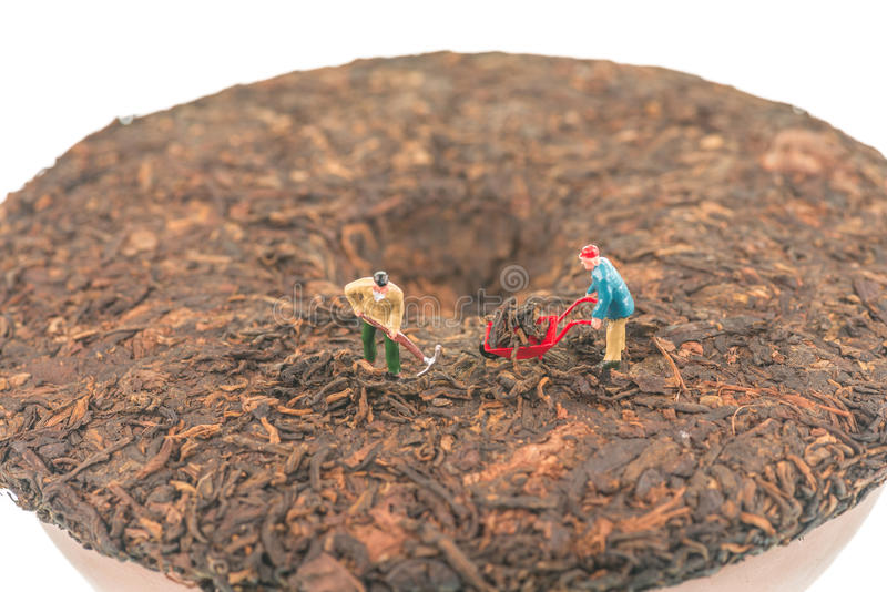 Miniaturarbeitskräfte auf PU-erh drückten Draufsicht des chinesischen Teekuchens zusammen stockfotos