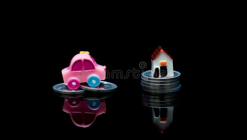 Miniaturauto und Hauptmodell mit Stapelmünzen, Darlehens-Finanzkonzepten, Versicherung und Immobilieninvestitions-Konzept stockfotos