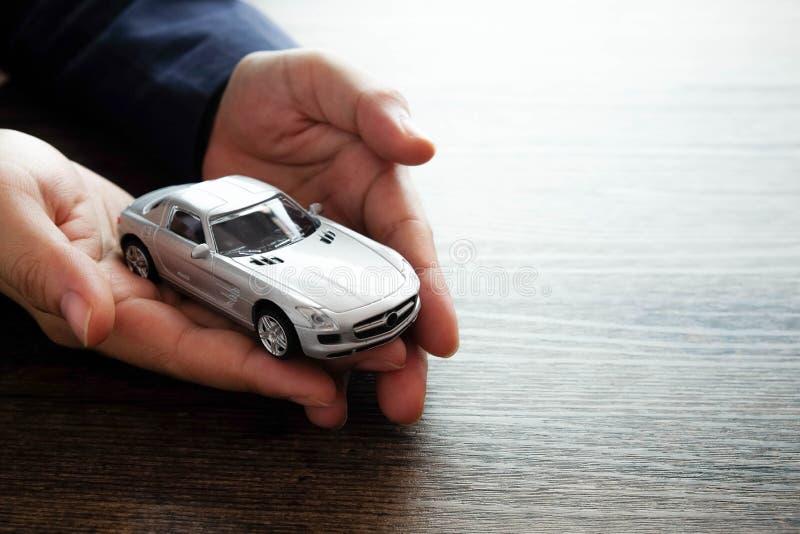 Miniaturautomodell an Hand, Autohaus- und Mietkonzept stockfotos