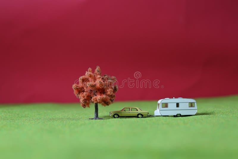 Miniaturbaum, Camper und Auto stockfotos