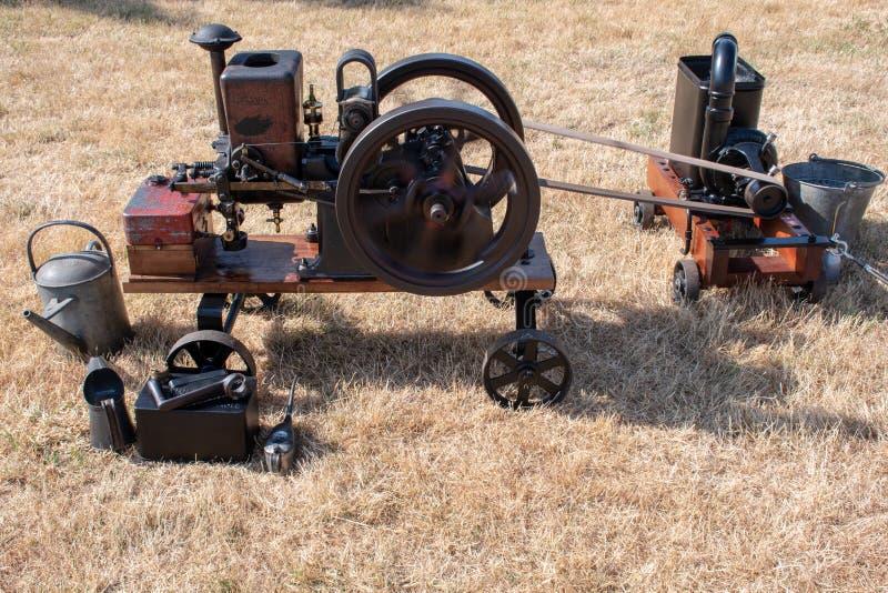 Miniaturdampfmaschine, die auf dem Boden liegt lizenzfreie stockbilder