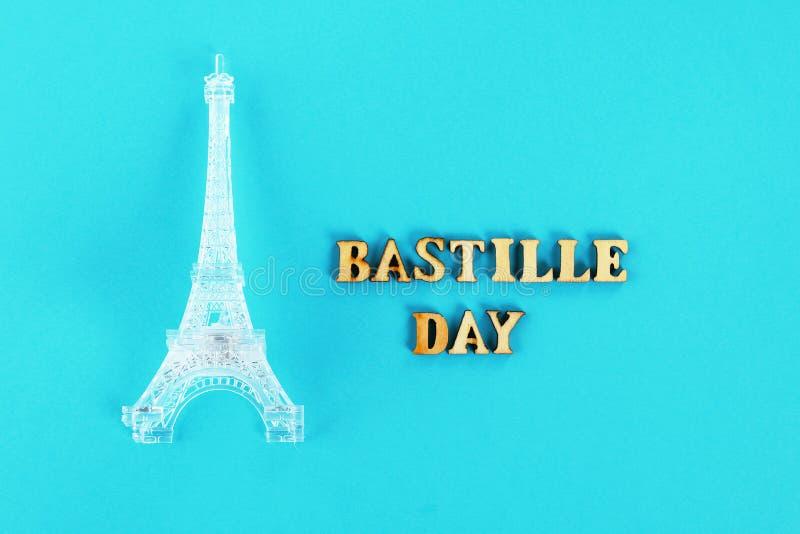 Miniature de Tour Eiffel sur un fond bleu Le concept des vacances est le 14 juillet, le jour de la bastille photos stock
