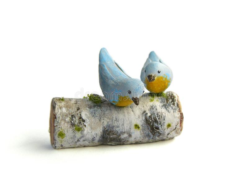 Photo Miniature fake two birds on birch log royalty free stock images