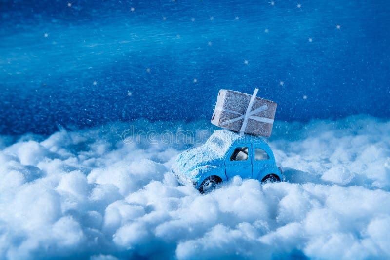 Miniature jouet santa claus voiture transporter roux giftbox voyage de la scène nord-pole livrer des cadeaux de Noël en photos libres de droits