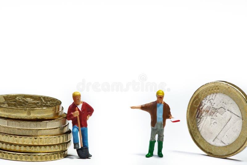 Miniaturen met geld stock foto