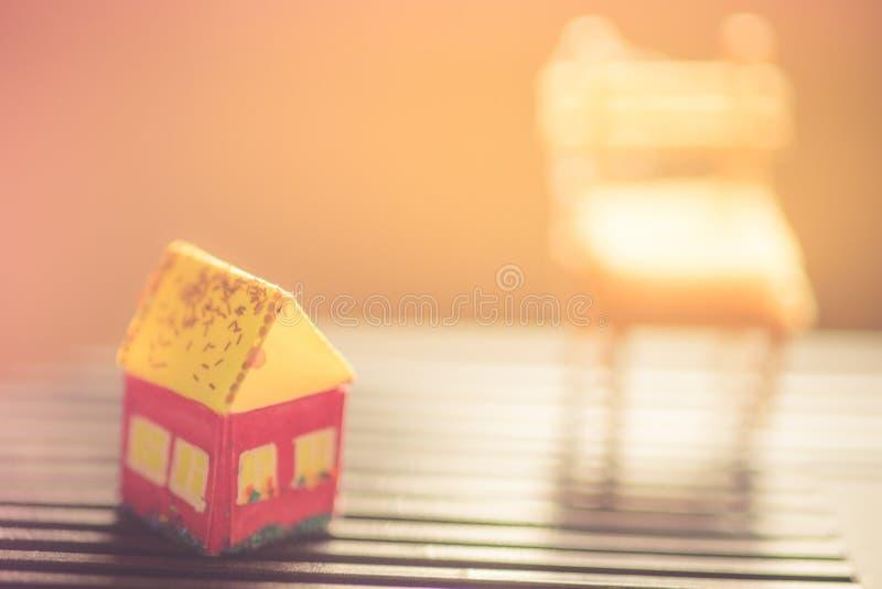 Miniatures rouges de maison avec le toit jaune, macro photo photographie stock libre de droits