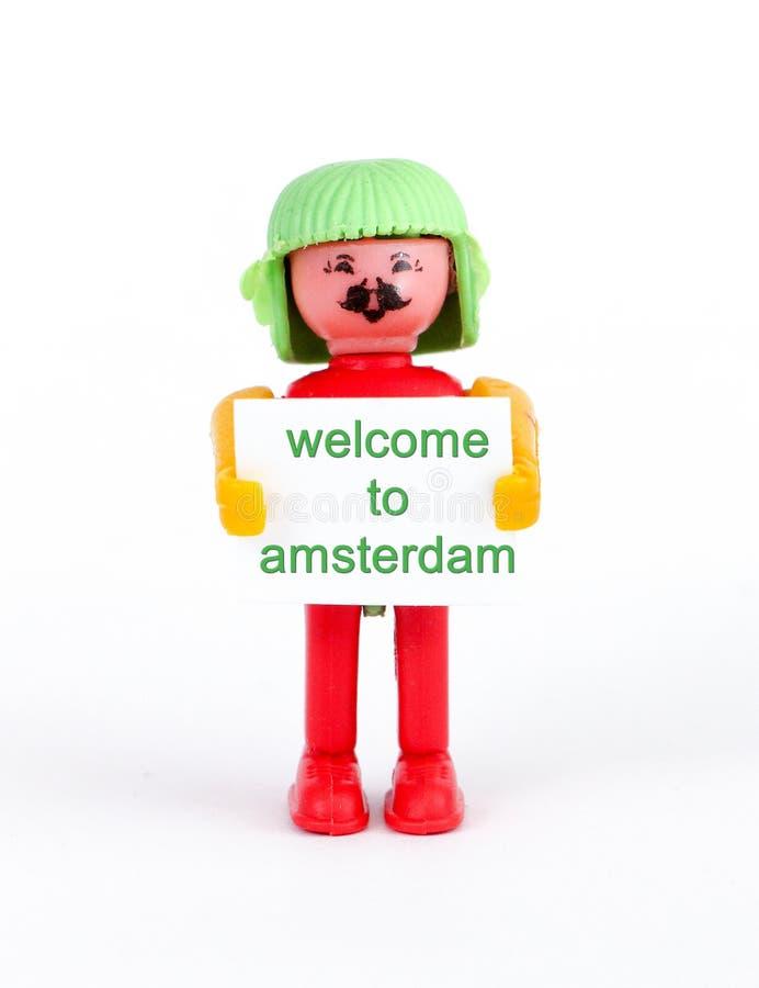 Miniaturfigürchen eines hodling Papiers des Mannes mit Textwillkommen nach Amsterdam stockfotografie
