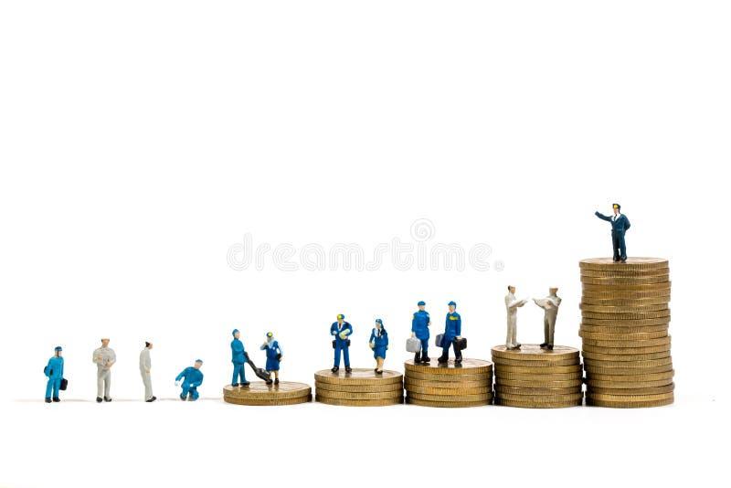 Miniaturgeschäftsleute auf Stapeln Münzen lizenzfreie stockfotos
