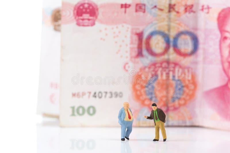 Miniaturgeschäftsmannfigürchen, die auf einer Eurobanknote läuft lizenzfreie stockfotos