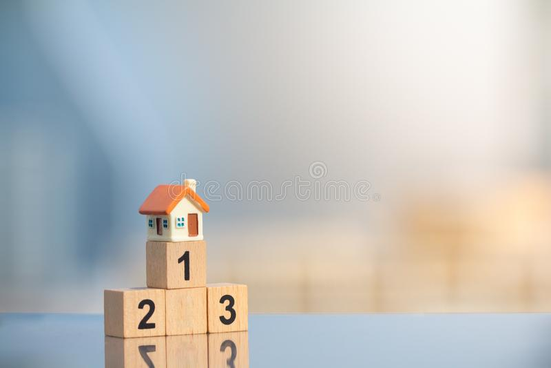 Miniaturhaus auf erstem Platz des Siegerpodiums stockbilder