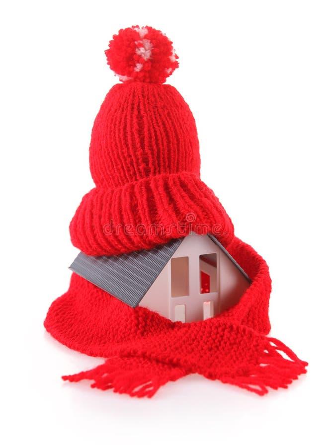 Miniaturhaus mit rotem Wollschal-Hut lizenzfreies stockfoto