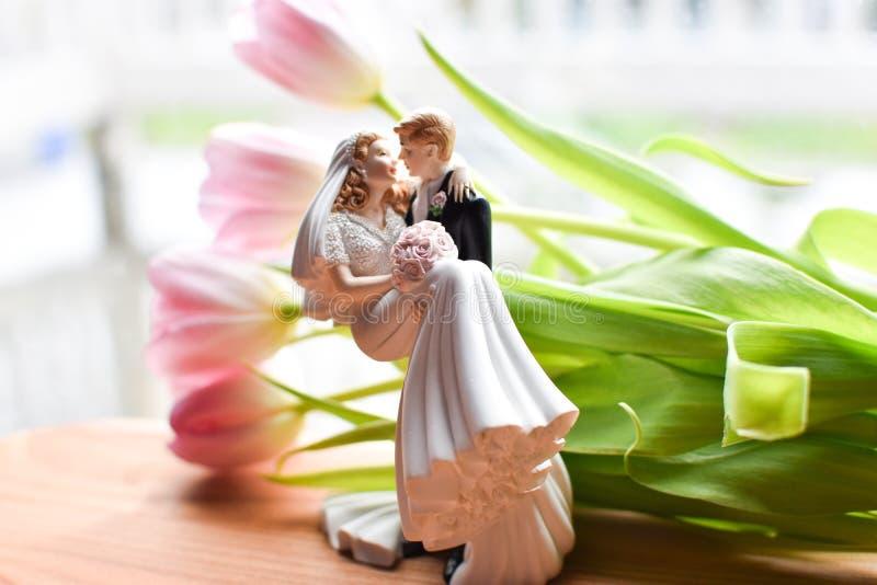 Miniaturhochzeit mit Blumen stockfotos
