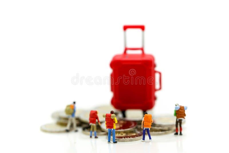 Miniaturkonzept: Gruppe des jungen Reisendreisens/stehend stockfoto