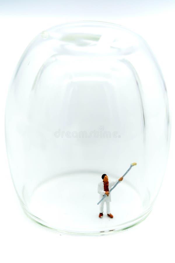 Miniaturleute: Arbeitskraft säubern ein Glas lizenzfreies stockbild