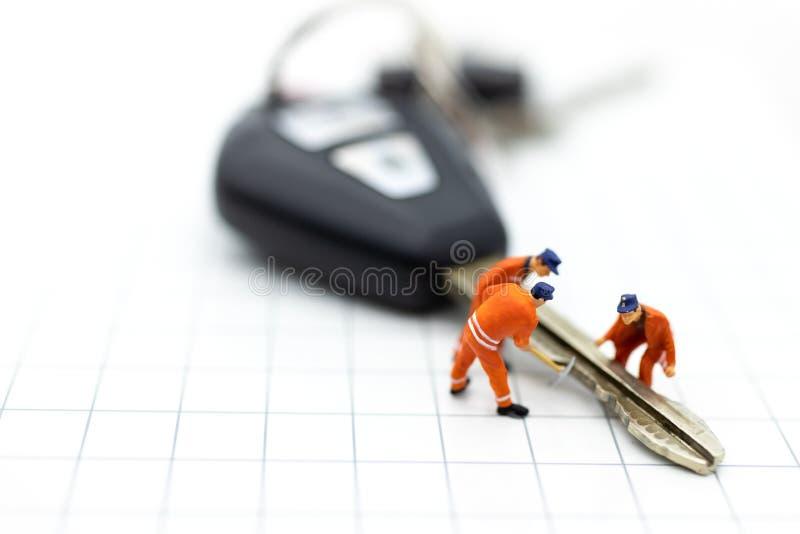 Miniaturleute: Autoreparaturarbeitskräfte, damit Rückkehr verwendet Bildgebrauch für Wartung, Garantie, Geschäftskonzept lizenzfreie stockfotos