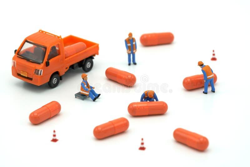 Miniaturleute Bauarbeiter Load herauf das Automodellorang-utan lizenzfreie stockfotos