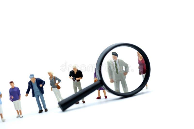 Miniaturleute: Geschäft suchen Angestellte für Job Placemen stockfotografie
