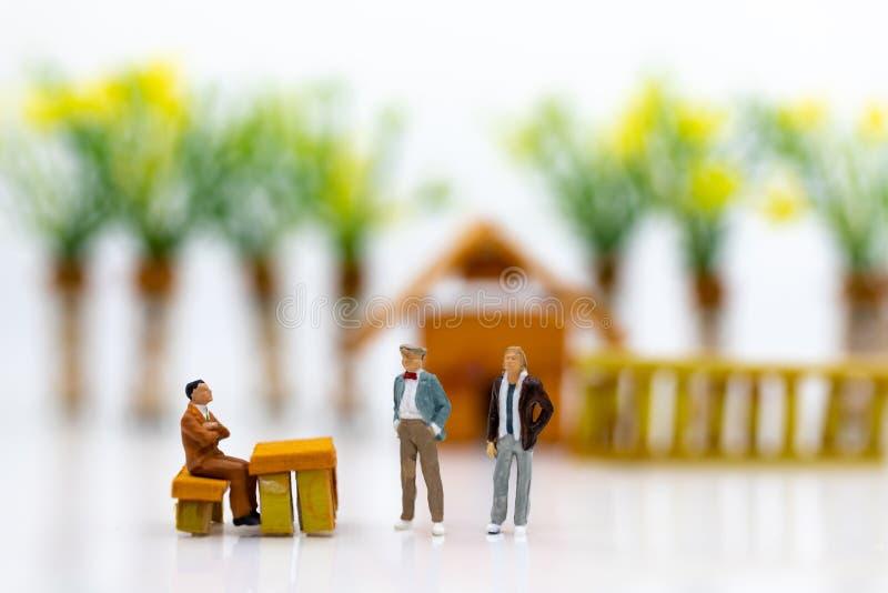 Miniaturleute: Geschäftsmänner arbeiten mit Team, unter Verwendung als Hintergrund Wahl des bestgeeigneten Angestellten, Stunde,  lizenzfreies stockfoto