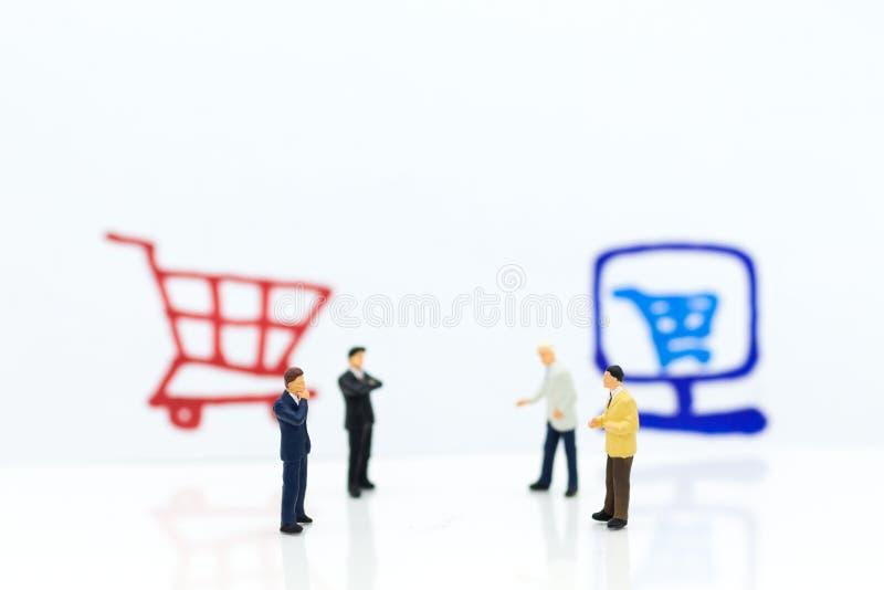 Miniaturleute: Geschäftsmann-Integrating-Ideen zwischen online und Offlinegeschäfte Bildgebrauch für Einzelhandel, Marketing stockfotos