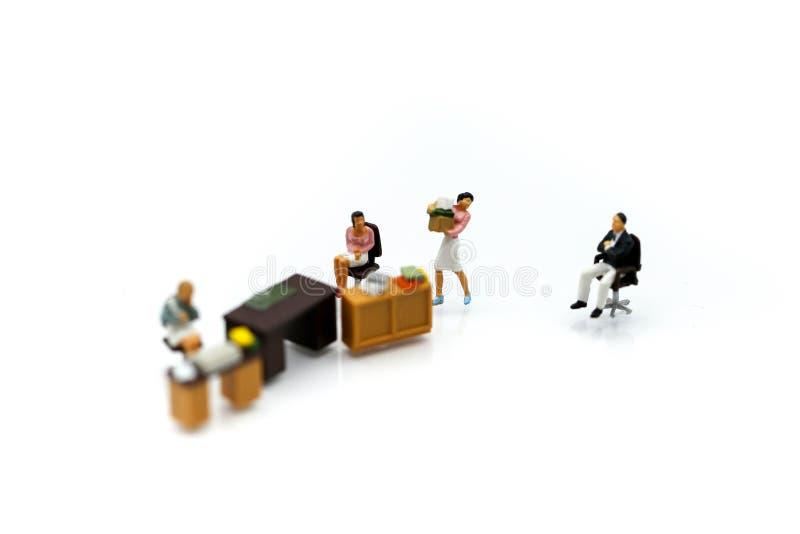 Miniaturleute: Geschäftsmann mit Büro mit für Konzept von lizenzfreie stockfotos