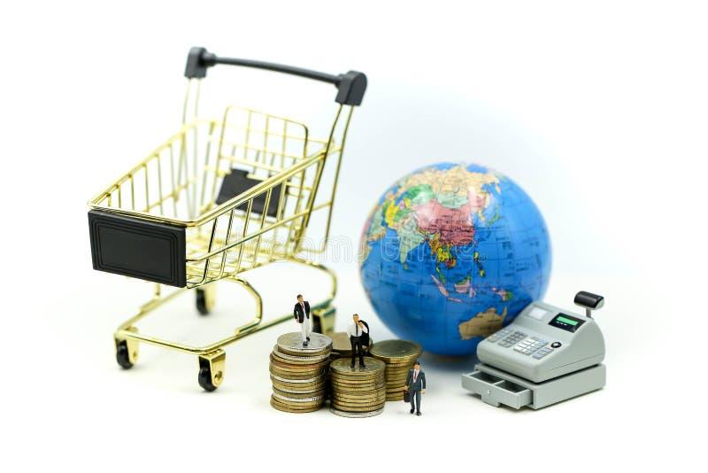 Miniaturleute: Geschäftsmann mit Einkaufswagen der Registrierkasse, Geschäftsgeldkonzept lizenzfreie stockfotografie