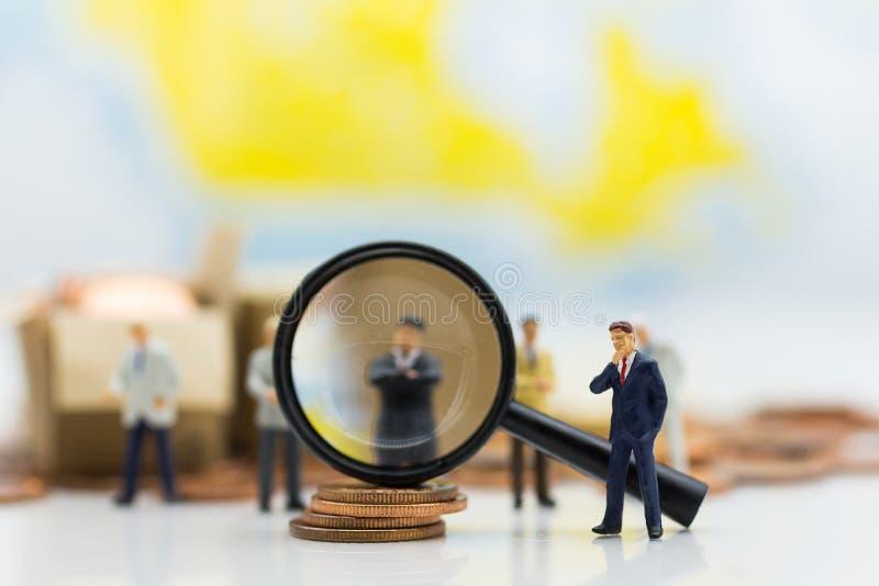 Miniaturleute, Gruppe Geschäftsmänner arbeiten mit Team mit als Hintergrund Wahl des bestgeeigneten Angestellten, Stunde, HRM, HR stockfotografie
