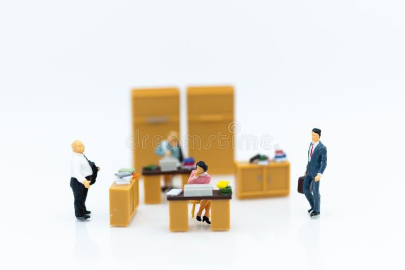 Miniaturleute: Im Büro arbeiten, Gehaltsmann, TalentEntwicklungsarbeit Bildgebrauch für das Halten des Geldes für Zukunft stockbild